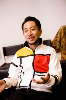 モンドリアン調のジャージを<br>違和感無く着こなす吉田氏