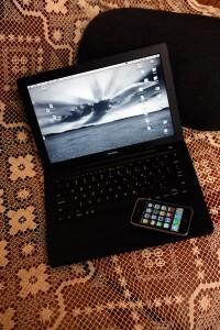 愛用の先代MacBookとiPhone<br>(ともに本庄氏私物)
