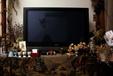 本庄家のリビングに陣取るテレビ。<br>まわりにはいろいろなものが…