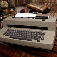 IBM製の古いタイプライター<br>(本庄氏私物)