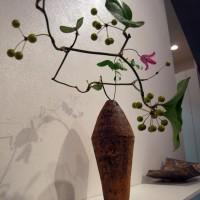 モダンなフォルムの花器。