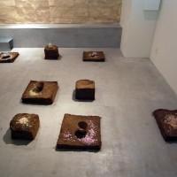 二階のスペースには実際に<br>益子の土を持ち込み、<br>土が陶器になっていく様を表現。