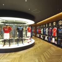 3階には世界で2店舗目となる<br>「ナイキ ブーツルーム」を開設。<br>スパイクやユニフォームの<br>カスタムサービスなどが受けられます。