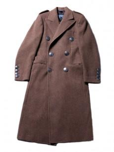 重厚感溢れるベンジャミン・<br>ビクスビーのコート。<br>(祐真氏私物)