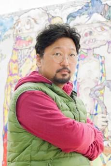 村上隆1962年、東京生まれ。東京藝術大学大学院美術研究科博士後期課程修了。91年に青井画廊で個展を開催しアーティストとしてデビューする。98年には、UCLAのアートデパートメント、ニュージャンル科に客員教授として招かれる。08年に、米TIME誌「世界で最も影響力のある100人」に選出される。英国のアート誌Art Reviewの特集では、10年連続で「世界のアート業界をリードする100人」に選ばれ続けている。最高位は03年の7位。またアートの経済情報サイト、 アートタクティクスにおいて、11年7月に信用度の評価で世界5位を獲得している。日本では、六本木ヒルズやヴィトン、カニエ・ウェストやゆずとのコラボレーションで有名。また、「芸術起業論」「創造力なき日本」などの著作でも広く知られている。有限会社カイカイキキ代表として、若手アーティストの育成やマネージメント、ギャラリーやショップの運営も手掛けている。アニメ作品『6HP』を監督、13年にリリースされる。
