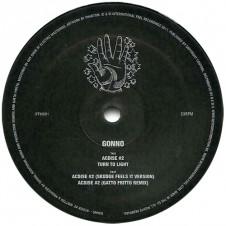 Gonno『Acdise#2』(2011年) ローラン・ガルニエに渡したCD-Rが巡り巡って、DJハーヴィーのプロジェクト、ロクスソルスを世に送り出したウルグアイの謎めいたレーベル、Internatinal Feelから世界中のダンスフロアへ。ディープブルーのサウンドスケープをメロウかつメロディックなシンセサイザーと高揚感を生み出すアシッド・シーケンスが切り開いていくタイトル・トラックは彼の名を一躍世界に知らしめることに。