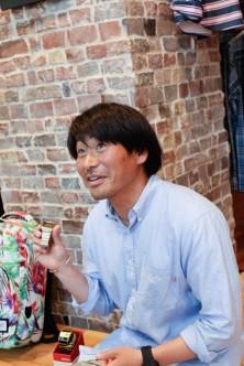 加藤さんが手に持っているのが『METRO』、ケースに入っているのが『ROTOLOG』