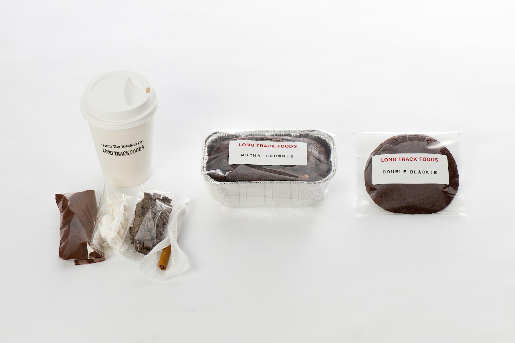 LONGTRACK FOODS(鎌倉) ダブルクッキー 280 円+税、モカブラウニー 1,300 円+税、ホットチョコレート 500 円+税 など