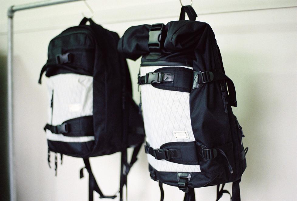左:AS2OVのX-PAC × CORDURA DOBBY 305D 3WAY BAG 29,500円、右:AS2OVのX-PAC × CORDURA DOBBY 305D BACK PACK 27,500円