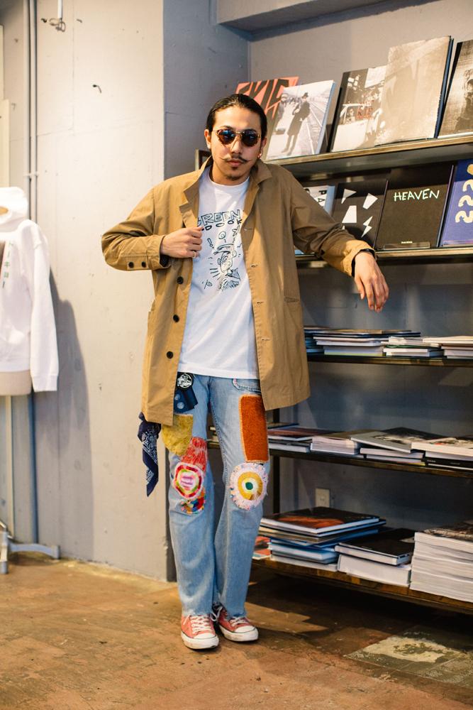 F-LAGSTUF-Fのコート 38,000円、70'sのデニムパンツ 39,800円、CONVERSEのスニーカー 12,800円