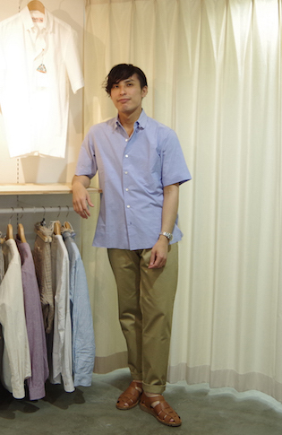 スタッフ 柏本 英哉 tops[SUN/Kakke] shuttle weather tab collar shirt 28,000円 + 税 bottoms[SUN/Kakke]finx cotton chino cloth trouser  40,000円 + 税 shoes[PARABOOT]grkha sandal   34,000円 + 税