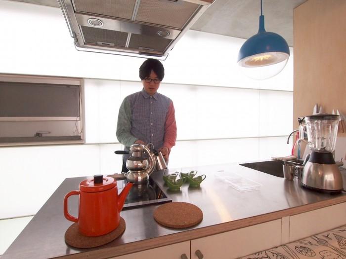 スモークガラスから明るい光が差し込むキッチン。