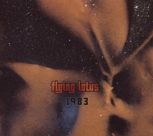Flying Lotus『1983』 2006年に西海岸の名門レーベル、プラグ・リサーチよりリリースされたファースト作。 叔父であるジャスサックス奏者、ジョン・コルトレーンのスピリチュアリティを継承したコズミックかつエレクトリックなビートが展開されている。