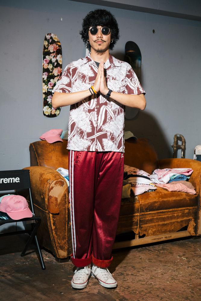 今週のモデルはまっつぅーこと村松さん。50'sのハワイアンシャツ ○○円 、サイプレス・ヒルのヴィンテージTシャツ 25,800円、adidasのジャージパンツ 5,800円(すべて税抜価格)、ほか本人私物