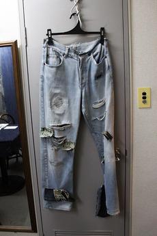 店頭にはさまざまな修理の サンプルが施されたジーンズが。