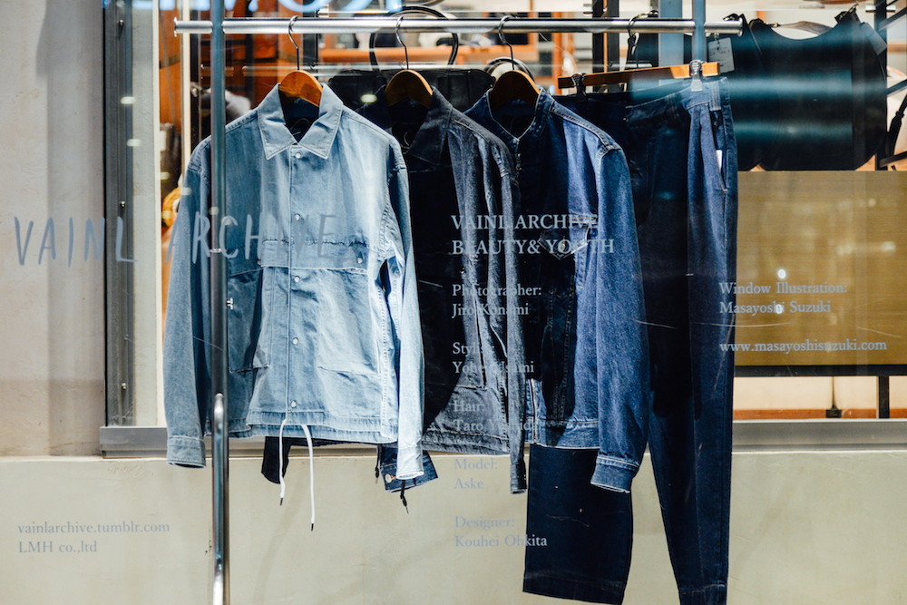 スナップデニムシャツ:26,000円 + 税、ウォッシュGジャン:35,000円 + 税、2タックワイドデニムパンツ:21,000円 + 税