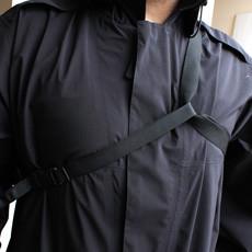 こうして持ち手部分に通すことで、メッセンジャーバッグのような背負い方も可能に!