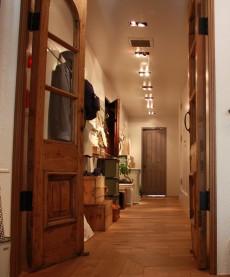 極力素材を生かしたという店内は、木の温もりを感じる暖かな雰囲気に。