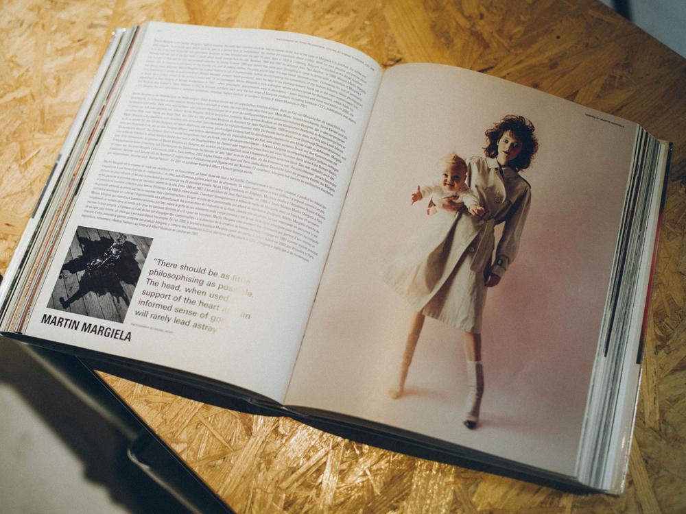 自身の美容室に置いてある洋書にもマルタン・マルジェラが手がける[HERMES]の特集ページ。