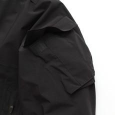 ミリタリーライクな腕のポケット。取り外したフードの収納が可能。