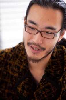 舘鼻 則孝(たてはな のりたか) 15歳のころから制作活動をスタート。 その後東京藝術大学へ入学し、染織を専攻。 友禅染などを学ぶ。 2010年には東京をベースとする自身のブランド『NORITAKA TATEHANA』を本格的に立ち上げ、コレクションを発表。 世界中から注目を集める1985年生まれ。