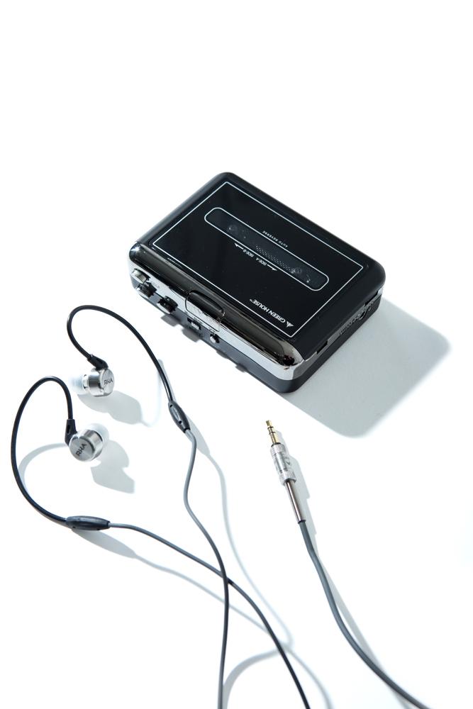 イヤホン 13,900円、カセットテープ変換プレーヤー 5,000円(ともに税抜価格)