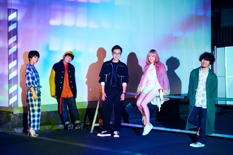 """Awesome City Club 2013年春、それぞれ別のバンドで活動していたatagi、モリシー、マツザカタクミ、ユキエにより結成。2014年4月、サポートメンバーだった PORINが正式加入して現在のメンバーとなる。""""架空の街 Awesome City のサウンドトラック""""をテーマに、テン年代のシティ・ポップを発信する男女混成5人組。2015年、ビクターエンタテインメントの新レーベル、CONNECTONEより、第一弾新人としてデビュー。ファーストアルバム『Awesome City Tracks』をリリースし、iTunesロックチャートで1位を獲得するなど話題を呼んだ。2017年1月25日に最新アルバム『Awesome City Tracks 4』をリリース。 http://www.awesomecityclub.com/"""