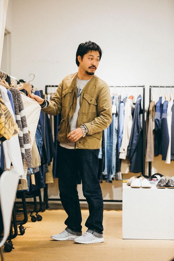 洋服に関しては経年変化を楽しめるものや、ヴィンテージ感のあるものを好む酒田さん。最新のテクノロジーを詰め込んだ『PureBOOST』と洋服との対比を意識したコーディネート。