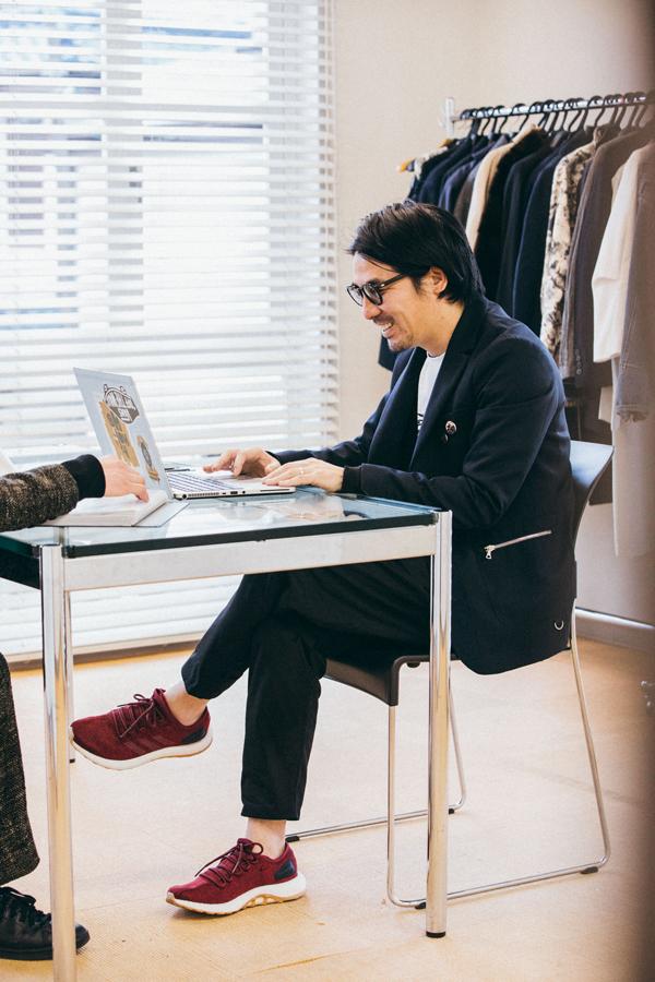 クリーンでスポーティーなスタイルを意識し、あえてジャケットスタイルに『PureBOOST』をプラス。